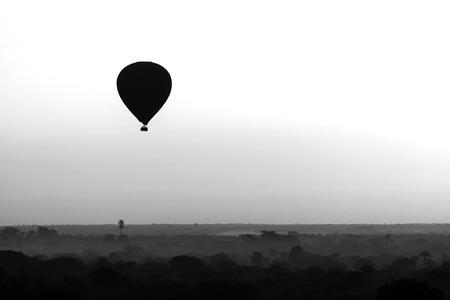 Photo pour Scenic sunrise with a hot air balloon above Bagan in Myanmar. - image libre de droit