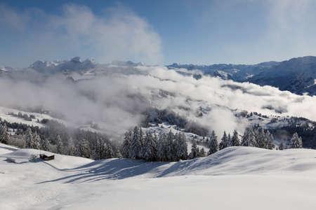 Photo pour Winter landscape with fog towards Ibergeregg in central Switzerland - image libre de droit