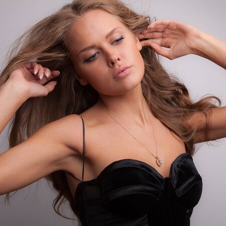 Foto de Young beautiful stylish girl posing in studio. - Imagen libre de derechos