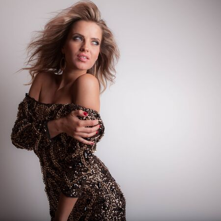 Photo pour Young beautiful stylish girl posing in studio. - image libre de droit