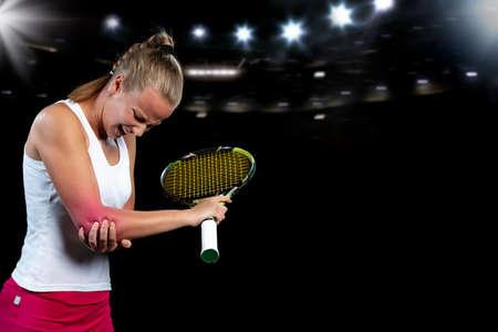 Foto de tennis woman player with injury holding the racket on a tennis court. - Imagen libre de derechos