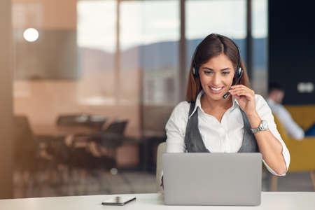 Foto de Modern business woman in the office working at computer - Imagen libre de derechos