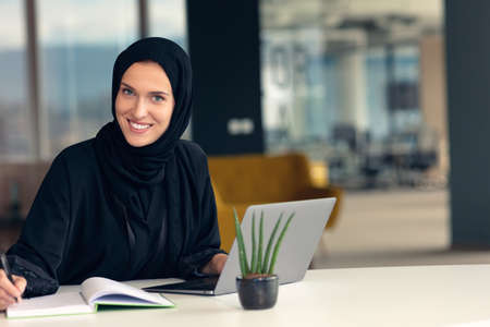 Photo pour professional young muslim business woman using mobile digital tablet computer at work - image libre de droit