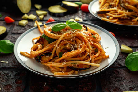 Photo pour Vegetarian Italian Pasta Spaghetti alla Norma with eggplant, tomatoes, basil and parmesan cheese. - image libre de droit