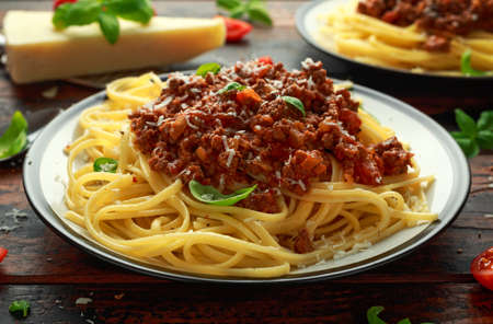 Foto de Italian pasta bolognese with beef, basil and parmesan cheese. - Imagen libre de derechos