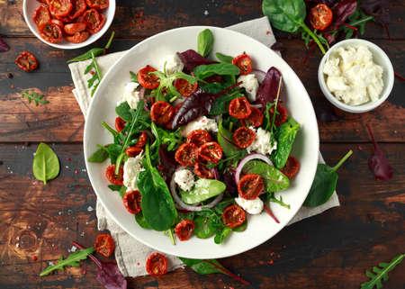 Foto de Sun dried tomatoes Salad with fresh vegetables mix and mozzarella cheese. healthy food - Imagen libre de derechos