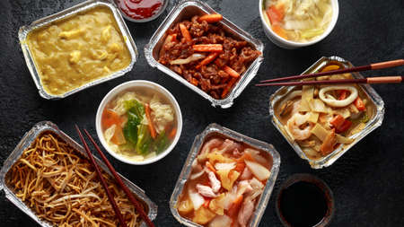 Photo pour Chinese takeaway food. Pork Wonton dumpling soup, Crispy shredded beef, sweet and sour pineapple chicken, egg noodles with bean sprouts, curry. - image libre de droit