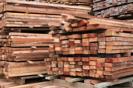 Photo pour Stack of Building Lumber at Construction Site with Narrow Depth of Field. - image libre de droit