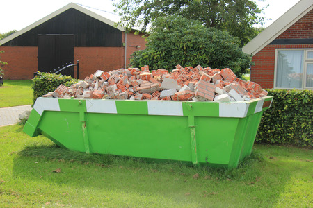 Photo pour Loaded dumpster near a construction site, home renovation - image libre de droit
