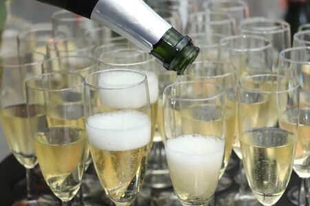 Photo pour Pouring champagne in stylish glasses, served on a wedding reception - image libre de droit