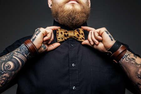 Foto de Part of man's face with beard and tattooed arms. - Imagen libre de derechos