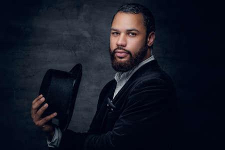 Photo pour Bearded black man wearing a suit and a felt hat. - image libre de droit