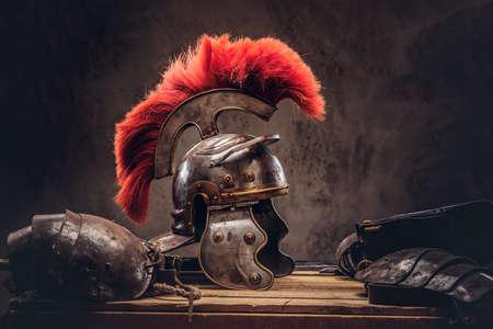 Photo pour Complete combat equipment of the ancient Greek warrior lie on a box of wooden boards. - image libre de droit