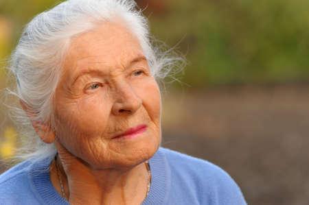 Foto de Portrait of the elderly woman. A photo on outdoors - Imagen libre de derechos