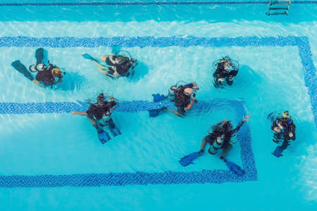 Photo pour Diving instructor and students. Instructor teaches students to dive. - image libre de droit