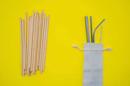 Photo pour Steel drinking vs disposable straws on a yellow background. Zero waste concept. - image libre de droit