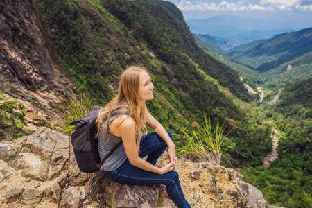 Photo pour Woman hiker on a rock. View of the valley from the cliff, Vietnam, Da Lat - image libre de droit