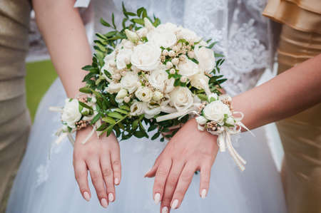 Photo pour Bouquets of flowers in the hands of the bride and bridesmaids - image libre de droit