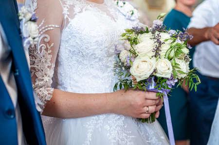 Photo pour Bouquet of flowers in the hand of the bride - image libre de droit