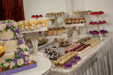 Photo pour Sweet cakes at a wedding buffet. Catering - image libre de droit