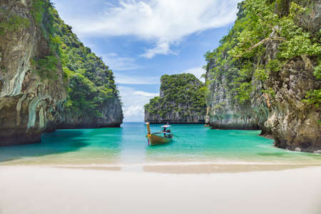 Photo pour Thai traditional wooden longtail boat and beautiful beach in Phuket province, Thailand. - image libre de droit