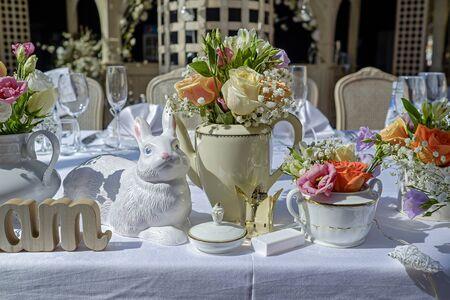 Photo pour Wedding table decorated with garden flowers 1 - image libre de droit