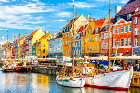 Foto de Copenhagen iconic view. Famous old Nyhavn port in the center of Copenhagen, Denmark during summer sunny day. - Imagen libre de derechos