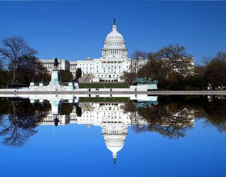 Foto de The Capitol building in Washington D.C with a symmetric reflection - Imagen libre de derechos