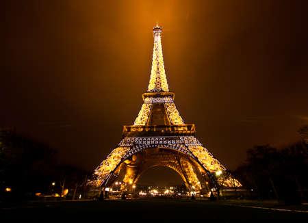 Photo pour PARIS, FRANCE - DECEMBER 2: Ceremonial lighting of the Eiffel tower on  DECEMBER 2, 2010 in Paris, France. The Eiffel tower is the most visited monument of France. - image libre de droit