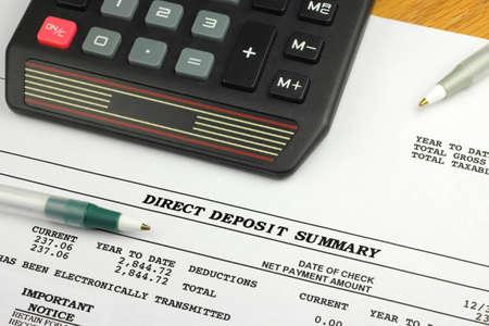 Photo pour Direct Deposit Summary with Calculator and Pen - image libre de droit