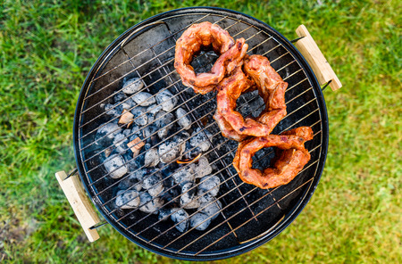 Photo pour Baby Back Ribs Crown Roast on BBQ barbecue kettle grill. Home made pork crown ribs on a grill using low and slow method. Grilling outdoors in nature at family gathering event. - image libre de droit