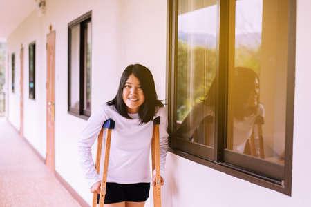 Photo pour Asian women patient using crutches and broken leg for walking at home - image libre de droit