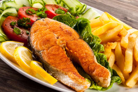 Foto de Fried salmon and vegetables - Imagen libre de derechos