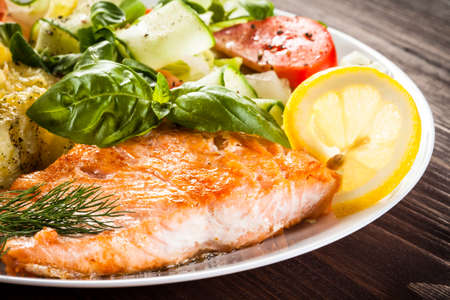 Foto de Grilled salmon and vegetables - Imagen libre de derechos