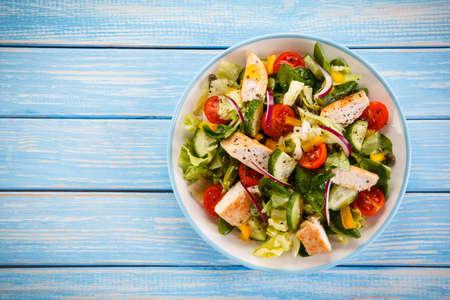 Foto de Salad with grilled chicken - Imagen libre de derechos