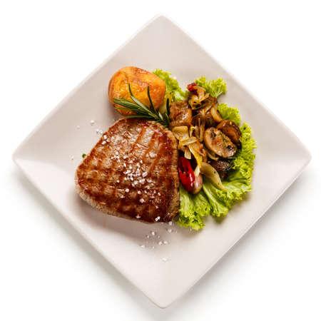 Photo pour Grilled beefsteak with mushrooms - image libre de droit
