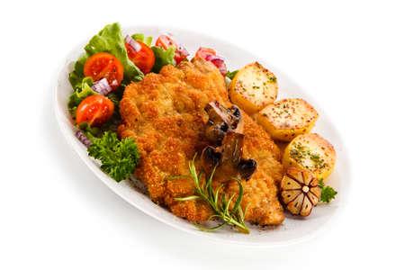 Photo pour Fried pork chop with potatoes on white background - image libre de droit