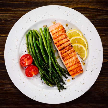 Photo pour Grilled salmon and asparagus - image libre de droit