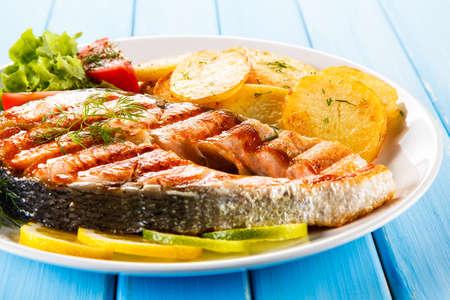 Photo pour Grilled salmon with potatoes - image libre de droit