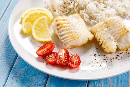 Photo pour Roast fish with white rice and vegetables - image libre de droit