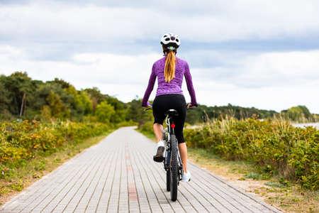 Photo pour Young woman cycling - image libre de droit