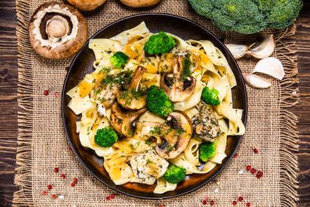 Photo pour Pasta with chicken and champignon on wooden background - image libre de droit