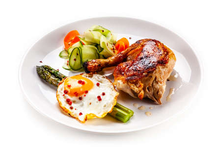 Photo pour Fried egg with asparagus and chicken leg on white background - image libre de droit