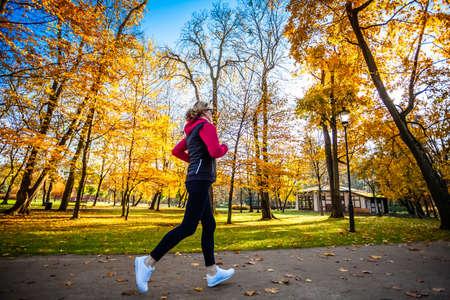 Foto für Healthy lifestyle - woman running in city park - Lizenzfreies Bild
