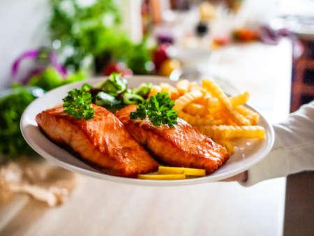 Photo pour Fried salmon, chips and vegetables - image libre de droit