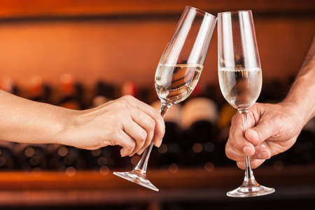 Photo pour Hand man and woman with glasses of champagne. - image libre de droit