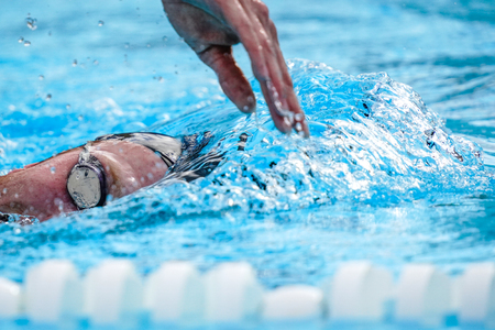 Photo pour Details with a professional athlete swimming in swimming pool - image libre de droit