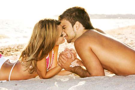 Foto de Romantic couple kissing on the seaside - Imagen libre de derechos