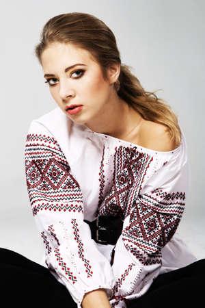 Photo pour Portrait of a young beautiful woman in national Slavic clothing - image libre de droit