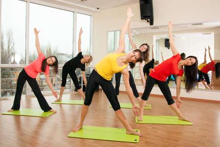 Foto de Group training in a gym of a fitness center - Imagen libre de derechos